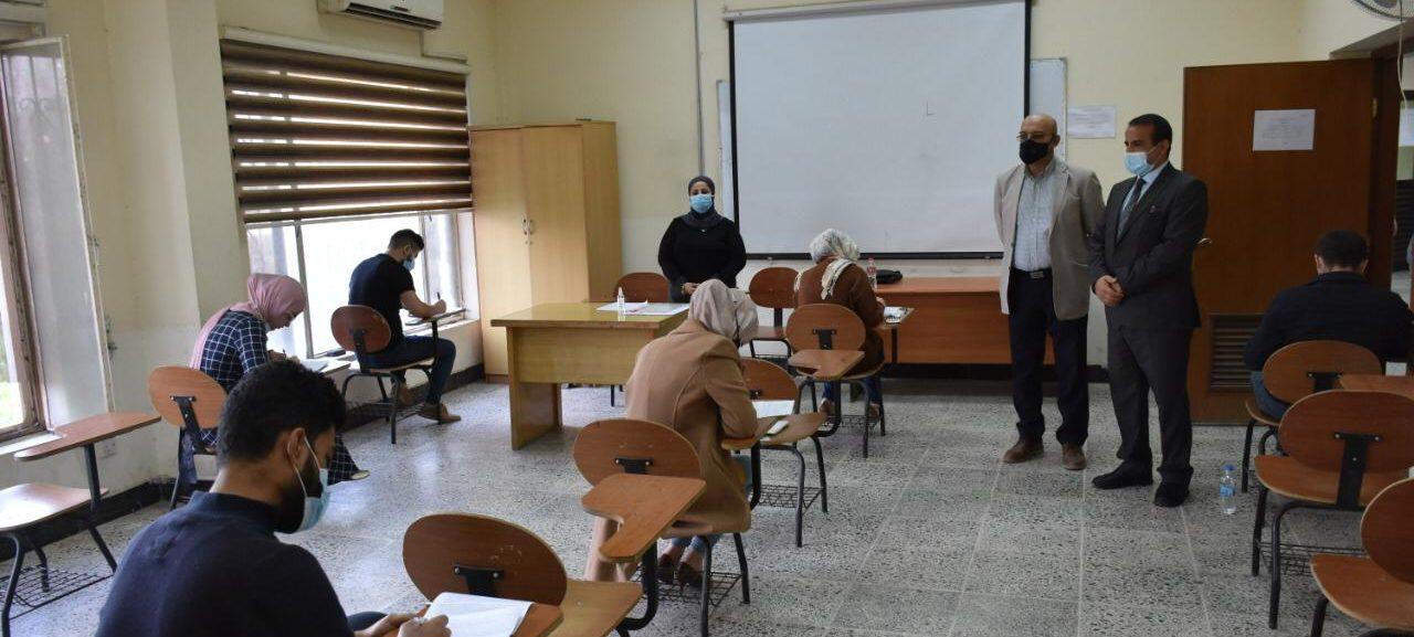 السيد عميد الكلية يتفقد سير الامتحانات لطلبة الدراسات العليا